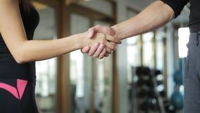 Трясти руки в тренере спортсмена залы двойник акции видеоматериалы