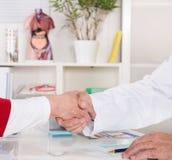 Трясти руки на офисе докторов Стоковая Фотография