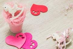 2 тряся игрушки пони в розовом малом положении квартиры сердец ведра и войлока Взгляд сверху Copyspace стоковое фото rf