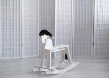 Тряся лошадь игрушки в белой комнате с белой стеной стоковое фото rf