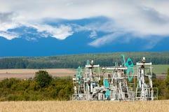 Тряся масло дня kazakhstan -го насосы масла месяца в июне западные Нефтедобывающая промышленность equipment зима температуры Росс Стоковое фото RF