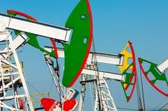Тряся масло дня kazakhstan -го насосы масла месяца в июне западные Нефтедобывающая промышленность equipment зима температуры Росс Стоковое Изображение RF