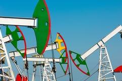 Тряся масло дня kazakhstan -го насосы масла месяца в июне западные Нефтедобывающая промышленность equipment зима температуры Росс Стоковая Фотография