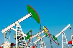 Тряся масло дня kazakhstan -го насосы масла месяца в июне западные Нефтедобывающая промышленность equipment зима температуры Росс Стоковое Фото