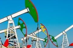 Тряся масло дня kazakhstan -го насосы масла месяца в июне западные Нефтедобывающая промышленность equipment зима температуры Росс Стоковое Изображение
