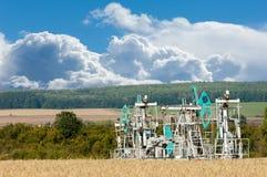 Тряся масло дня kazakhstan -го насосы масла месяца в июне западные Нефтедобывающая промышленность equipment зима температуры Росс Стоковые Фото