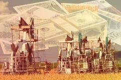 Тряся масло дня kazakhstan -го насосы масла месяца в июне западные Нефтедобывающая промышленность equipment зима температуры Росс Стоковые Фотографии RF