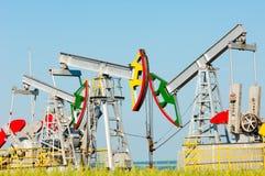 Тряся масло дня kazakhstan -го насосы масла месяца в июне западные Нефтедобывающая промышленность equipment зима температуры Росс Стоковая Фотография RF