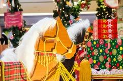 Тряся лошадь с присутствующей коробкой Стоковые Фотографии RF