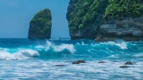 Тряхните в береговой линии Tembeling на острове Nusa Penida, океанских волнах в фронте bali Индонесия стоковая фотография