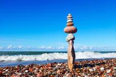 Тряхните Дзэн в форме пирамиды на краю камня Стоковая Фотография