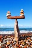 Тряхните Дзэн в форме пирамиды на краю камня Стоковое Изображение RF