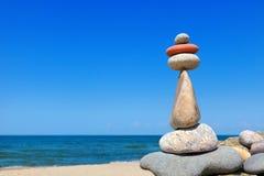 Тряхните Дзэн в форме пирамиды на краю камня Стоковое Фото