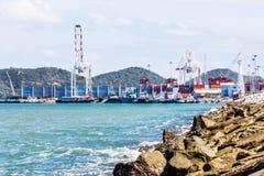 Тряхните море предохранения от запруды и запачканную предпосылку торгового порта Стоковые Изображения