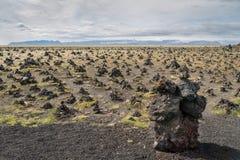 Тряхните пирамиды из камней на lavarda ¡ LaufskÃ, Исландии стоковые изображения