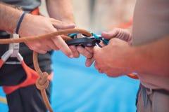 Тряхните ремни безопасности альпиниста стены нося и взбираясь оборудование крытые, изображение конца-вверх Стоковые Фото