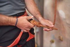 Тряхните ремни безопасности альпиниста стены нося и взбираясь оборудование крытые, изображение конца-вверх Стоковое Изображение RF