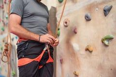 Тряхните ремни безопасности альпиниста стены нося и взбираясь оборудование крытые, изображение конца-вверх Стоковое Изображение