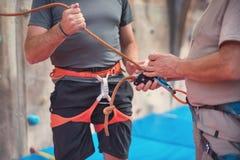 Тряхните ремни безопасности альпиниста стены нося и взбираясь оборудование крытые, изображение конца-вверх Стоковая Фотография