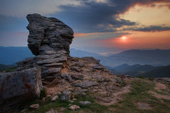 Тряхните скалу горы над предпосылкой неба захода солнца внутри Стоковое Фото
