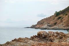 Тряхните скалу с взглядом береговой линии моря Стоковое Изображение RF