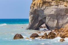 Тряхните с пещерой в море на греческом побережье Стоковое Изображение RF