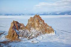 Тряхните Shamanka на накидке Burkhan на острове Olkhon в сибирском озере Стоковые Изображения RF