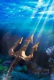 Трёхзубец на драматической подводной предпосылке Стоковое Изображение