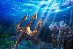 Трёхзубец на драматической подводной предпосылке Стоковое фото RF