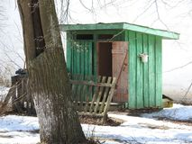 2 туалета сельских захолустья деревянных в парке зимы стоковое фото