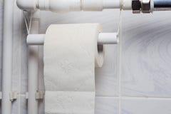 туалетная бумага для временного держателя из пластиковой трубы стоковое фото
