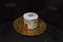 Туалетная бумага на подносе золота Стоковое Изображение