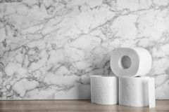 Туалетная бумага свертывает на таблице стоковое изображение