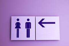 туалет знака направления Стоковая Фотография RF