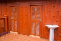 Туалет таза двери и мытья Стоковая Фотография