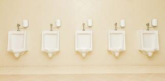 Туалеты туалетов человека 5 писсуара чистые публично Стоковое фото RF