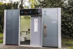 Туалет в Дюссельдорфе, Германия WC общественный Стоковые Изображения RF