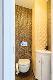 Туалет гостя с тазом мытья Стоковое Фото