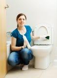 Туалет чистки женщины с губкой стоковое изображение