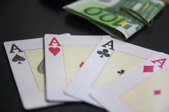 4 туза рядом с пачками банкнот евро Стоковые Изображения
