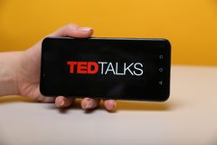 Тула, Россия - 12-ое мая 2019: Беседы Тед на дисплее телефона стоковые фото