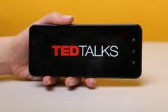 Тула, Россия - 12-ое мая 2019: Беседы Тед на дисплее телефона стоковые фотографии rf