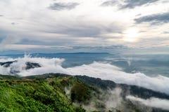 Туманная гора с голубым небом стоковые изображения rf