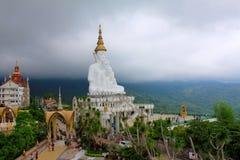 Туманная долина с рискованным предприятием 5 белое сидя Buddhas, на Pha Sorn Kaew, Khao Kor, Phetchabun, Таиланде стоковое фото rf