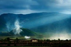 Туманная деревня с горой Стоковые Фотографии RF