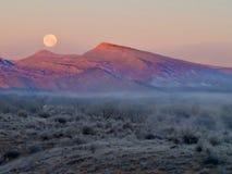 Туманная луна над горой стоковые фотографии rf