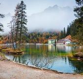 Туманная сцена утра на озере Misurina в национальном парке Tre Cime di Lavaredo Красочный ландшафт осени в доломите Альпах, южном Стоковое Фото