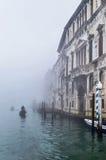 Туманная (туманная) Венеция Канал, исторический, дома и gondoliers с гондолами на сильном тумане Стоковое Изображение RF