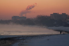 туманнейшая зима восхода солнца взморья стоковое изображение