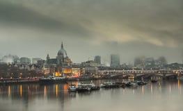 Туманнейшее утро в Лондоне Стоковое фото RF